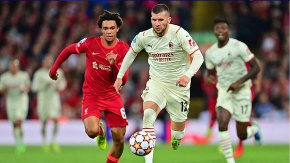 Ante Rebic vượt qua Alexandre-Arnold (Liverpool)