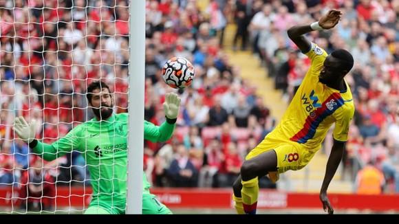 Thủ thành Alisson nhiều lần đối mặt các tiền đạo Crystal Palace trong nỗ lực giữ sạch mành lưới