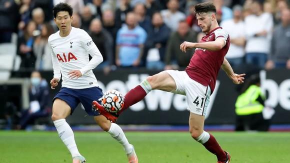 Declan Rice kiểm soát bóng trước Son Heung-min