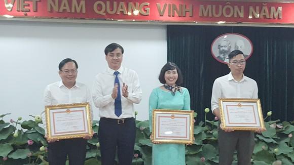 Phó Chủ tịch UBND TP Lê Hòa Bình trao bằng khen cho các cá nhân, tập thể có thành tích xuất sắc.