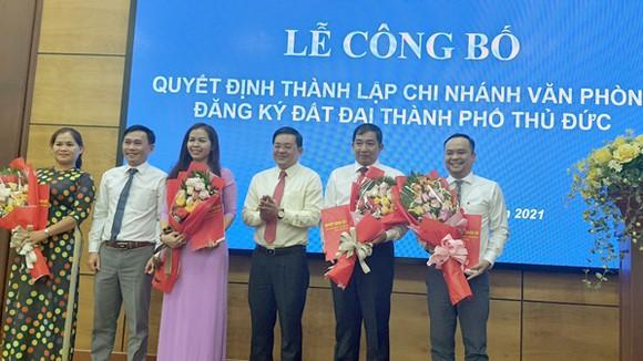 Ông Nguyễn Hữu Anh Tứ, PCT UBND TP Thủ Đức  (thứ 2 từ trái qua) và ông Nguyễn Toàn Thắng, Giám đốc Sở TNMT  (thứ 4 từ trái qua) chúc mừng Ban giám đốc Chi nhánh văn phòng ĐKĐĐ TP Thủ Đức.