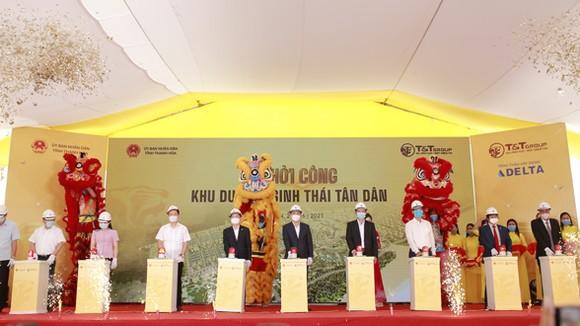 Ông Đỗ Quang Hiển, Chủ tịch HĐQT kiêm Tổng Giám đốc Tập đoàn T&T Group và các đại biểu bấm nút khởi công dự án Khu du lịch sinh thái Tân Dân.