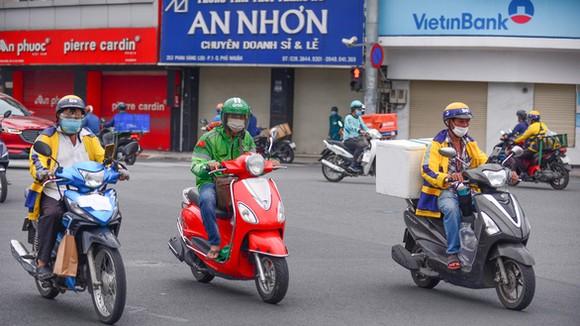 Shipper chạy giao hàng cho khách trên đường Hoàng Văn Thụ, quận Phú Nhuận, TP.HCM chiều 23-9 - Ảnh: QUANG ĐỊNH