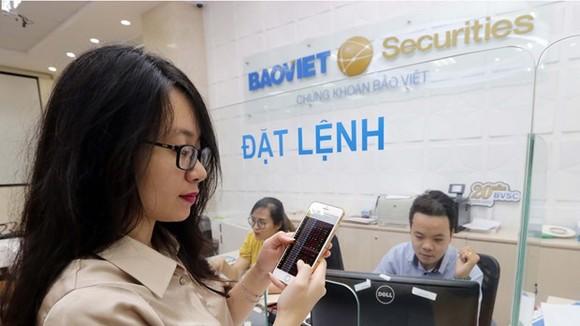 Khách hàng giao dịch tại Hội sở chứng khoán Bảo Việt (ảnh tư liệu). (Ảnh: TTXVN)