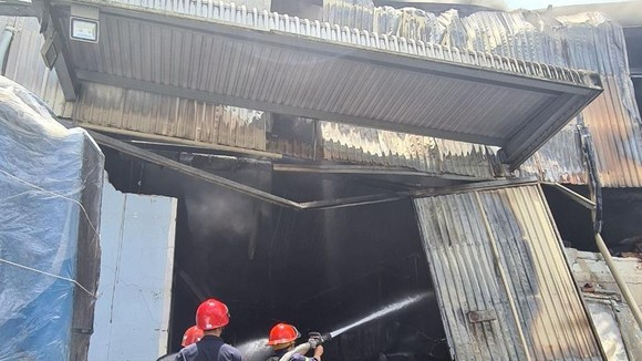 Lực lượng chức năng tích cực phun nước chữa cháy