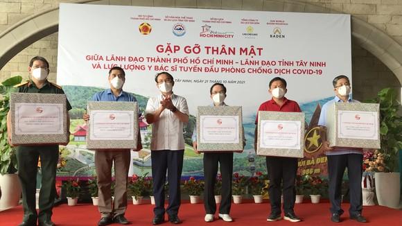 Trên đỉnh núi Bà Đen, Bí thư Thành ủy TPHCM Nguyễn Văn Nên đã trao quà tri ân lực lượng tuyến đầu chống dịch Covid-10. Ảnh: KIỀU PHONG