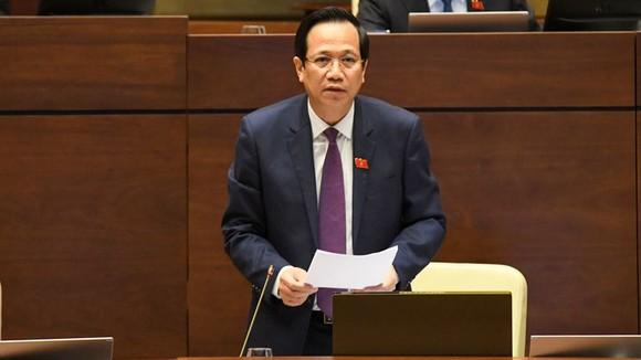 Bộ trưởng Bộ LĐTB-XH Đào Ngọc Dung giải trình làm rõ thêm một số vấn đề ĐBQH nêu. Ảnh: QUANG PHÚC