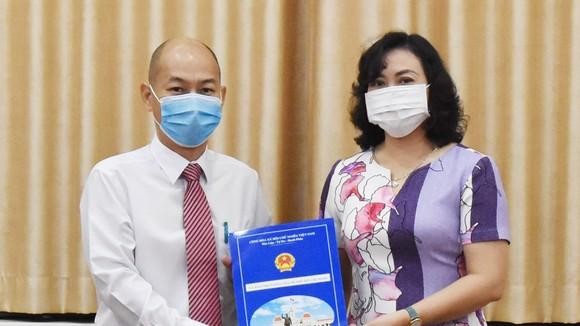 Phó Chủ tịch UBND TPHCM Phan Thị Thắng trao quyết định cho ông Nguyễn Nguyên Phương. Ảnh: ĐÌNH LÝ