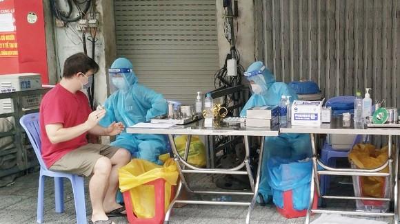 Tiêm vaccine cho người dân ở quận 1