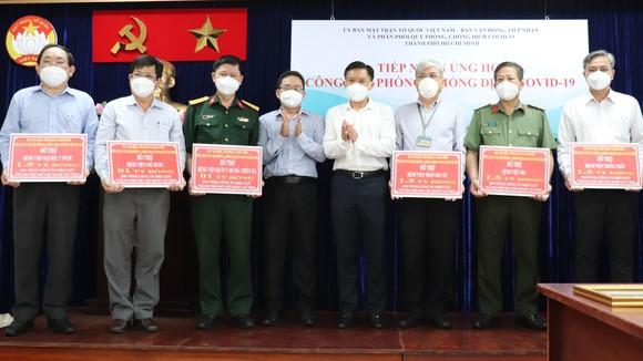 Trao kinh phí ủng hộ phòng chống dịch Covid-19 cho các bệnh viện