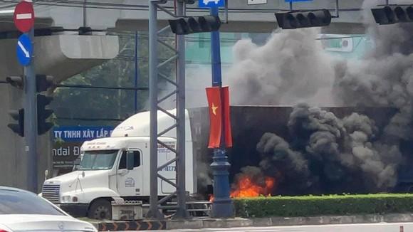 Xe container bốc cháy khi dừng chờ đèn tín hiệu trên Xa lộ Hà Nội