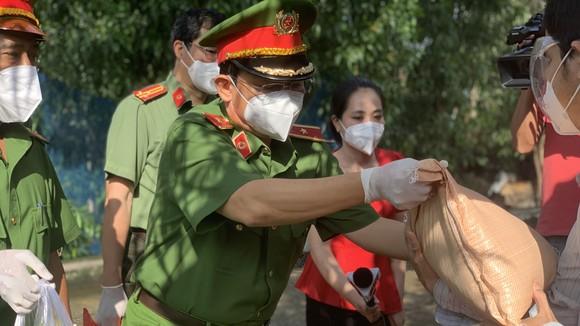 Công an TPHCM trao quà cho người dân ở khu phong tỏa quận Bình Thạnh. Ảnh: C.T