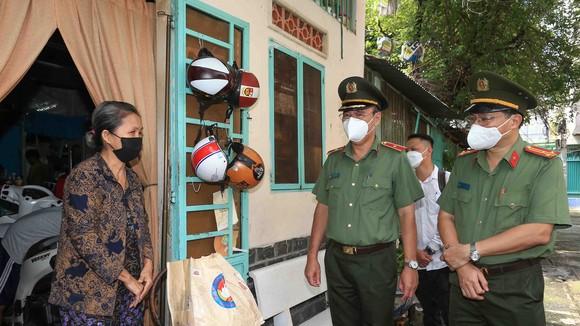 Thiếu tướng Cao Đăng Hưng đã tới tận người dân có hoàn cảnh khó khăn, lao động nghèo ở quận Phú Nhuận để trao tận tay người dân những phần quà nhu yếu phẩm. Ảnh: DŨNG PHƯƠNG