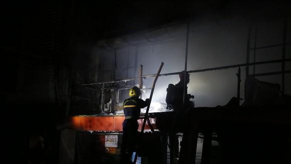 Lực lượng chức năng chữa cháy ở hiện trường. Ảnh: PC07