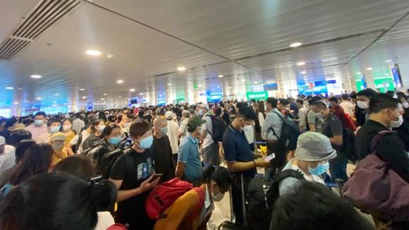 Ùn ứ tại khu vực soi chiếu an ninh sân bay Tân Sơn Nhất (chụp ngày 15-4-2021). Ảnh: MINH TRÍ