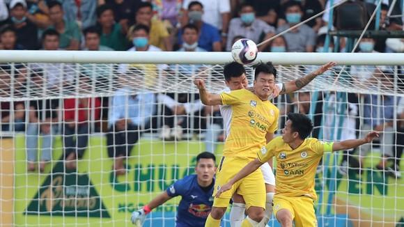 Trận thua HA.GL đã đẩy Hà Nội lùi xa với mục tiêu vô địch mùa này