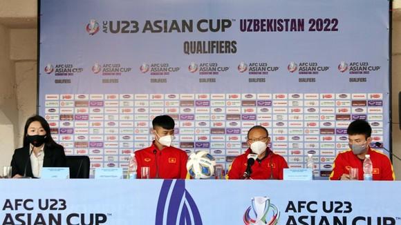 Ông Park và thủ môn Văn Toản tại buổi họp báo