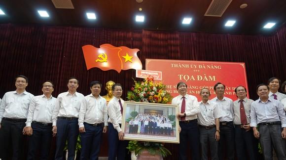 Các đại biểu tọa đàm chụp ảnh lưu niệm