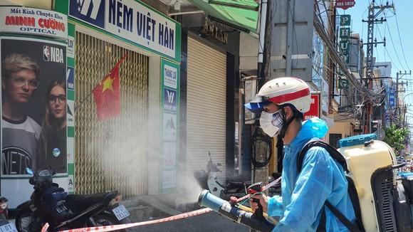 Nhân viên y tế phun khử khuẩn tại khu vực quận Thanh Khê (TP Đà Nẵng)