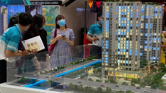 Khách hàng tìm hiểu thông tin 1 dự án bất động sản tại quận Bình Tân, TPHCM. Ảnh: CAO THĂNG