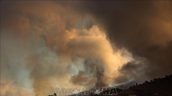 Núi lửa Cumbre Vieja trên quần đảo Canary của Tây Ban Nha phun khói, nham thạch và tro bụi ngày 20-9-2021. Ảnh: AFP/TTXVN