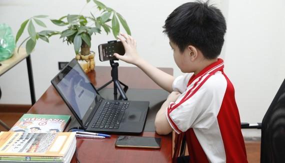 Học sinh học trực tuyến. Ảnh: VIẾT CHUNG
