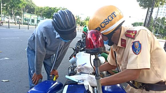 Lực lượng CSGT Công an TPHCM tuần tra, xử lý trường hợp vi phạm ATGT