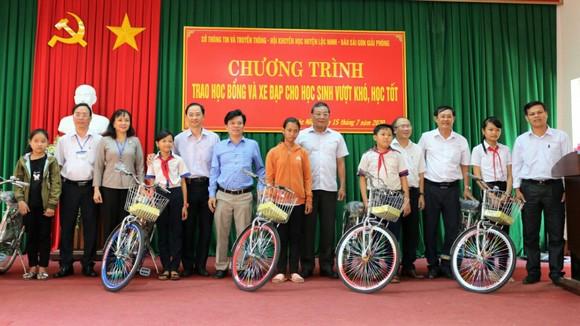 Báo SGGP trong một lần trao học bổng và xe đạp cho học sinh nghèo và học sinh đồng bào dân tộc tại huyện Lộc Ninh (tỉnh Bình Phước)
