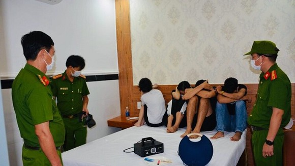 Lực lượng cảnh sát phát hiện 20 đối tượng nam nữ tụ tập sử dụng ma túy giữa dịch Covid-19