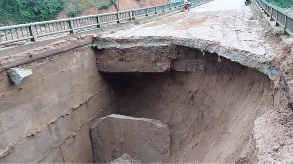 Vụ xói lở tạo ra một hố rộng hơn 20m², có nơi sâu hơn 3m. Ảnh: NGUYỄN CƯỜNG