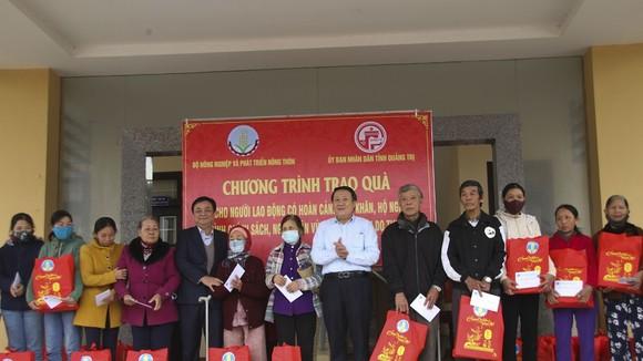 Thứ trưởng Bộ NN-PTNT Lê Minh Hoan thăm hỏi, tặng quà cho các hộ gia đình có hoàn cảnh khó khăn trên địa bàn tỉnh Quảng Trị