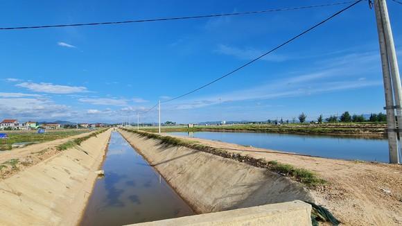 Hệ thống nâng cấp nuôi trồng thủy sản Nam, Bắc sông Gianh tại huyện Bố Trạch được đầu tư kênh mương, điện lưới bài bản. Ảnh: MINH PHONG
