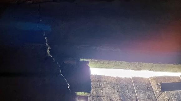"""Nhà dân nứt toác tường vì """"bom đá"""". Ảnh: MINH PHONG"""