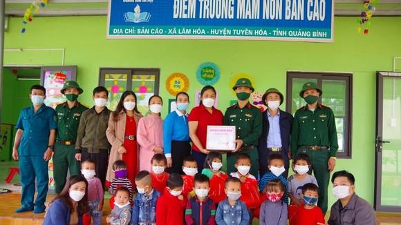 Bộ đội cụ Hồ tặng quà con em người Mã Liềng