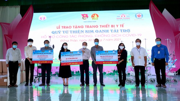 Quỹ từ thiện Kim Oanh hỗ trợ thiết bị y tế cho tỉnh Đồng Tháp