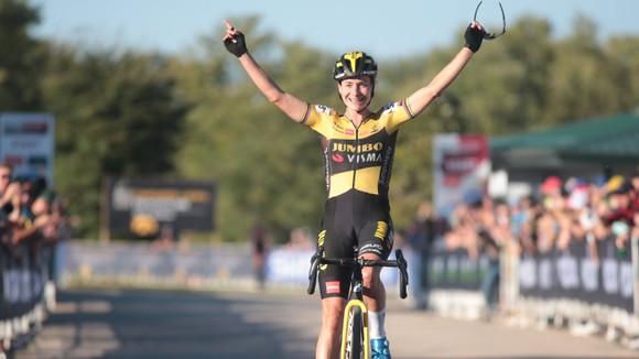 Marianne Vos solo về đích mừng chiến thắng