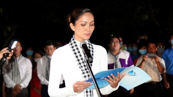 Hoa hậu H'Hen Niê xúc động phát biểu tại Nghĩa trang Hàng Dương. Ảnh: PHAN THANH VIỆT