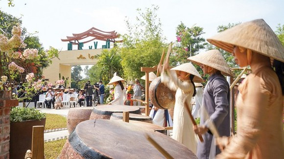 Travelers visit  Mot Thoang Viet Nam  Tourist Area on January 16.  (Photo: SGGP)
