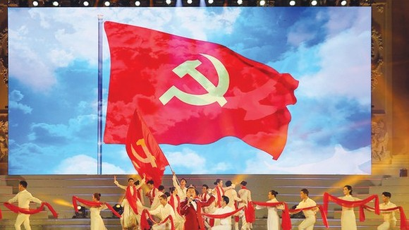 "People's Artist Ta Minh Tam performs in the ""Pride of the Vietnamese Communist Party"" concert. (Photo: SGGP)"