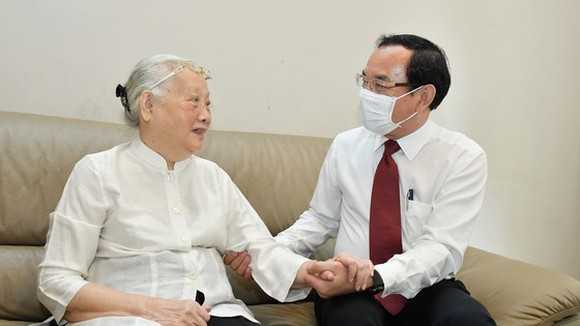 Secretary of the Party Central Committee, Secretary of HCMC Party Committee Nguyen Van Nen (R) visits Hero of Labor and former Deputy Minister of Health, Doctor Doan Thuy Ba. (Photo: SGGP)