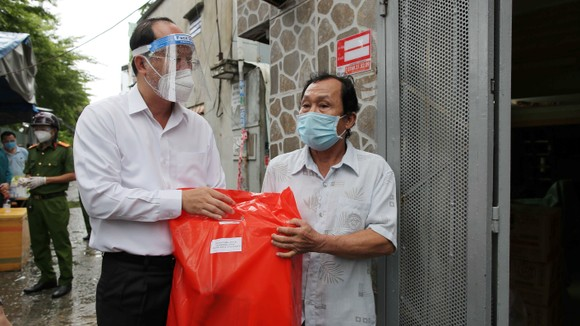Phó Bí thư Thành ủy TPHCM Nguyễn Hồ Hải thăm hỏi sức khỏe người dân sau cách ly. Ảnh: DŨNG PHƯƠNG
