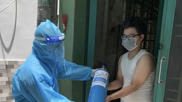 Tình nguyện viên trao bình oxy đến tận nhà của người bệnh