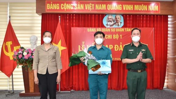 Trần Trung Đức vinh dự đứng vào hàng ngũ của Đảng ngay tuyến đầu chống dịch