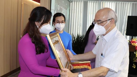 Trưởng Ban Tuyên giáo Thành ủy TPHCM Phan Nguyễn Như Khuê trao Bằng khen cho tập thể tiêu biểu
