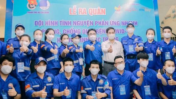 Phó Trưởng Ban Dân vận Thành ủy TPHCM Ngô Văn Luận động viên đội hình tình nguyện hỗ trợ tỉnh Sóc Trăng