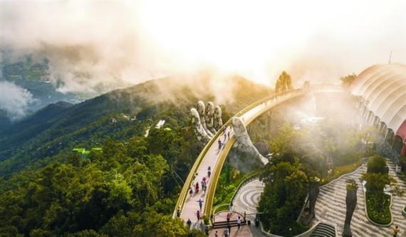 金橋在雲煙繚繞間若隱若現,彷彿走進蓬萊仙境中。