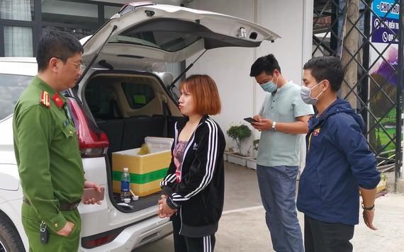 被職能力量當場查獲的歹徒阮氏泰蓉(左二)及毒品物證。(圖源:芳南)