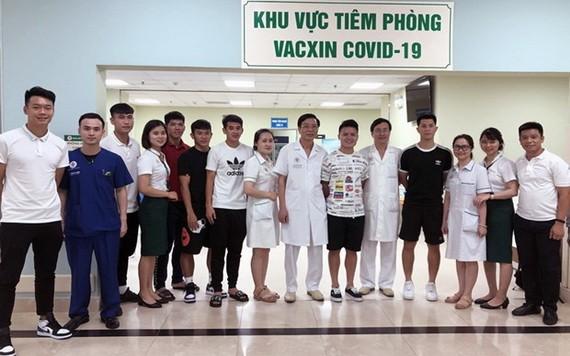 接受新冠疫苗注射後的足球隊員們與108軍醫院醫護人員合影留念。(圖源:VFF)