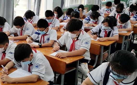 學生戴口罩上課。