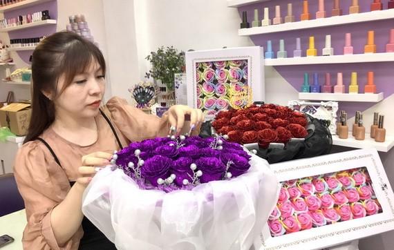 梁紀詩在設計水晶玫瑰花束。